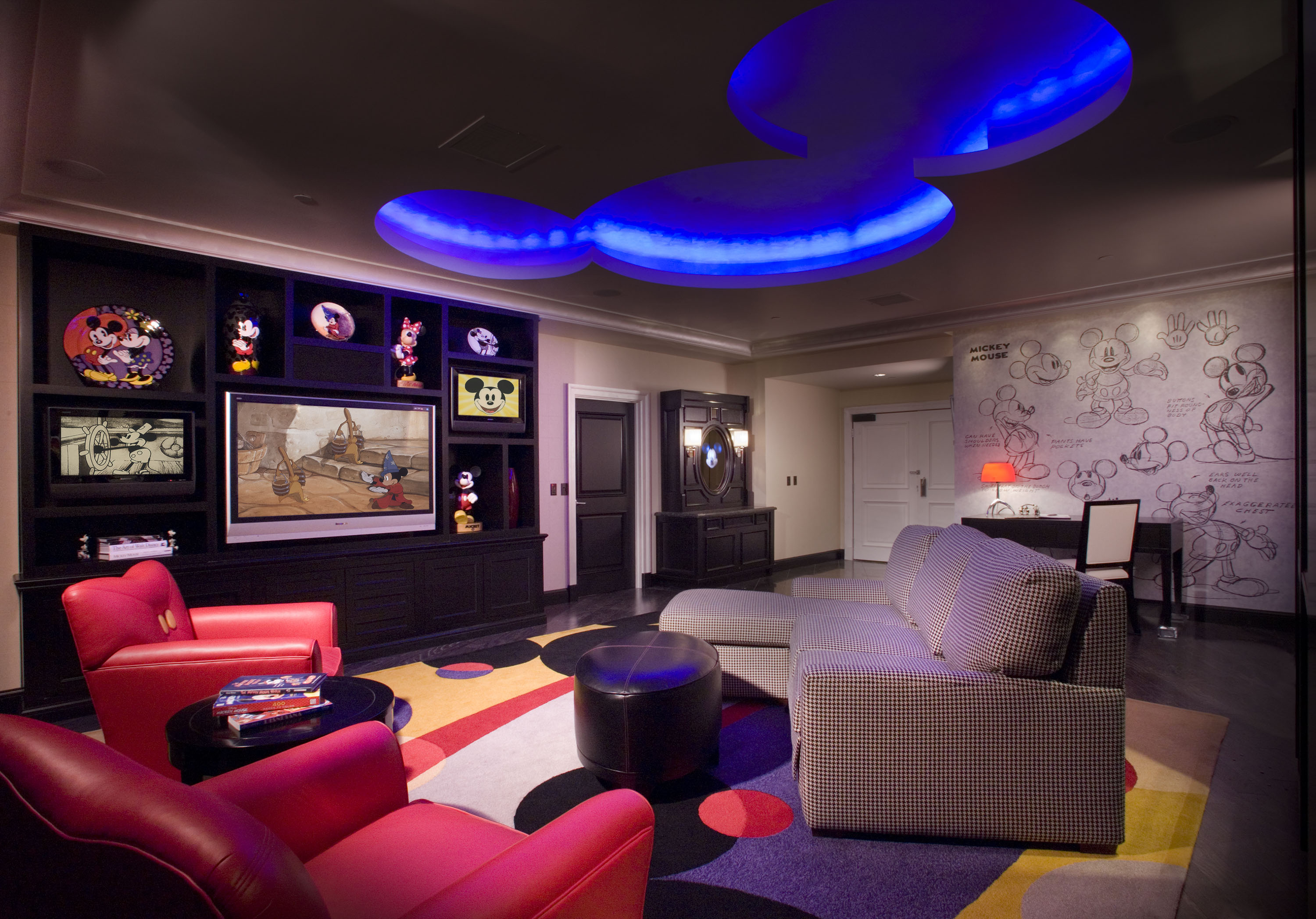your inside look at disneyland u0026 39 s themed suites for super fans
